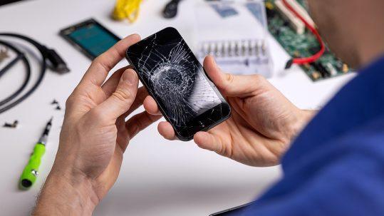 Technician offering Samsung repair in Sydney